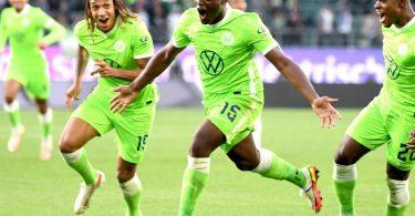 Wolfsburgs Jerome Roussillon (M) jubelt nach seinem Treffer zum 1:0 mit seinen Teamkollegen Kevin Mbabu (l) und Ridle Baku (r). Foto: Swen Pförtner/dpa