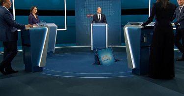 Triell im TV: Die Kanzlerkandidaten Armin Laschet (v.l.), Annalena Baerbock und Olaf Scholz werden von den Moderatoren Pinar Atalay und Peter Kloeppel befragt. Foto: --/RTL/dpa