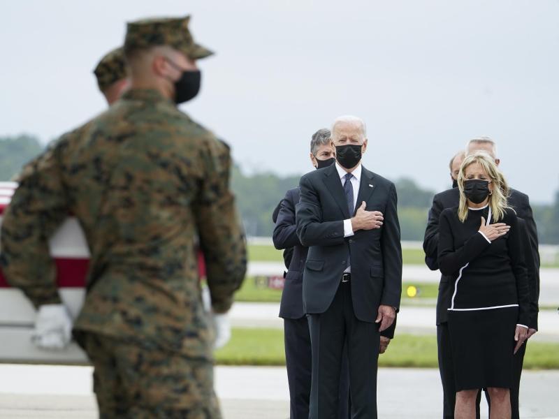US-Präsident Joe Biden (2.v.r) und First Lady Jill Biden (r) bei der Rückführung von 11 der 13 US-Soldaten, die beim Selbstmordanschlag in Kabul getötet wurden. Foto: Manuel Balce Ceneta/AP/dpa