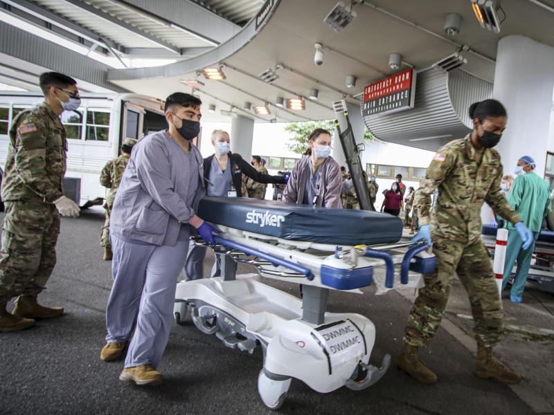 Soldaten und medizinisches Personal des US-Militärs bereiten sich in Landstuhl darauf vor, Opfer von einer der Explosionen in der Nähe des Flughafens Kabul zu versorgen. Foto: Marcy Sanchez/U.S. Army/AP/dpa