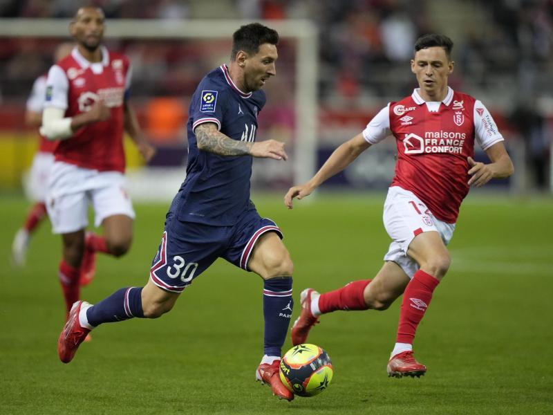 Lionel Messi (M.) spielte unauffällig für PSG. Foto: Francois Mori/AP/dpa