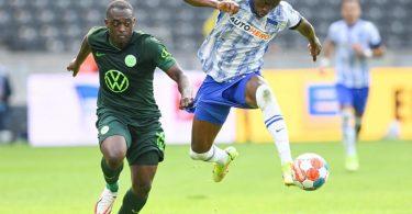Dodi Lukebakio (r) wechselt von Hertha BSC zum VfL Wolfsburg. Foto: Soeren Stache/dpa-Zentralbild/dpa