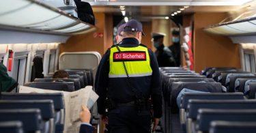 Sicherheitsmitarbeiter der Deutschen Bahn kontrollieren die Einhaltung der Maskenpflicht in einem ICE. Die 3G-Regel wird wohl nicht kommen. Foto: Sven Hoppe/dpa