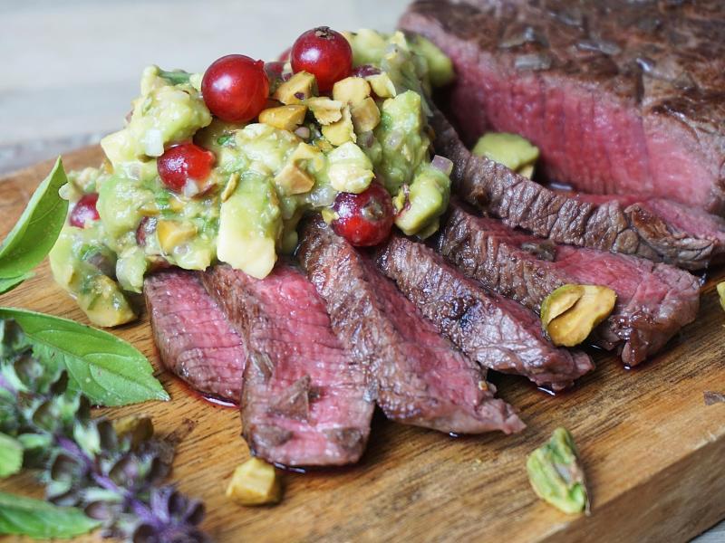 Zum Anbeißen: Damit das Steak perfekt medium gelingt, muss es vorm Anbraten eine Stunde in die nicht zu heiße Röhre. In der Zeit lässt sich die Avocado-Johannisbeer-Salsa zubereiten. Foto: Doreen Hassek/hauptstadtkueche.blogspot.com/dpa-tmn