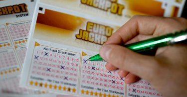 Ein Eurojackpot-Lotterieschein aus. Foto: Monika Skolimowska/dpa-Zentralbild/dpa