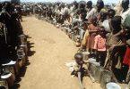 In langen Schlangen warten hungernde Äthiopier im Jahr 1983 auf Lebensmittel. Das Land litt damals unter einer jahrelangen Dürre. Foto: Lehtikuva Oy/dpa