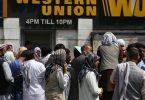 Menschen drängen sich vor einer Bank in Kabul. Foto: Kabir/Xinhua/dpa
