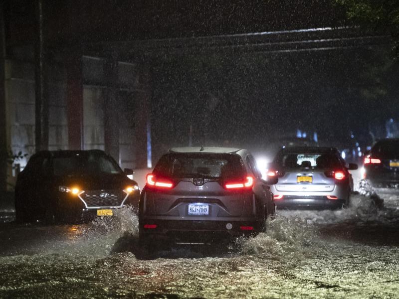 Autos stehen auf einer Straße auf Staten Island im Wasser. Foto: Kostas Lymperopoulos/CSM via ZUMA Wire/dpa