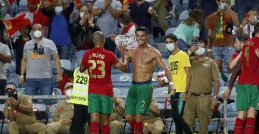 Rekordmann: Cristiano Ronaldo (Mitte) wird von seinen Mitspielern gefeiert. Foto: Armando Franca/AP/dpa