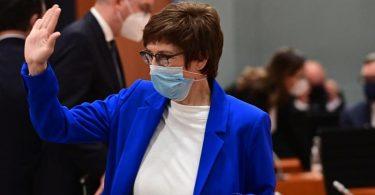 Annegret Kramp-Karrenbauer (CDU), Bundesverteidigungsministerin, hier bei der wöchentlichen Kabinettssitzung. Foto: Tobias Schwarz/AFP/POOL/dpa