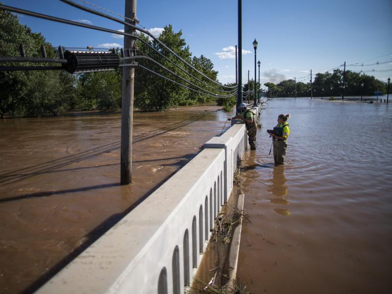 Im Bundesstaat New Jersey wird an einem Fluss das Hochwasser gemessen. Foto: Eduardo Munoz Alvarez/AP/dpa