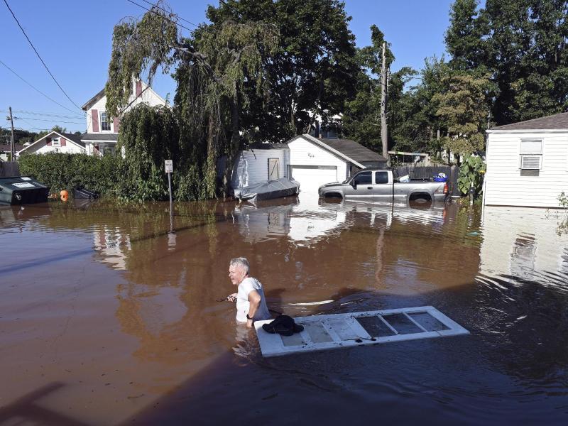 In Manville inNewJersey steht das Wasser am Tag nach demRegen noch immer hüfthoch. Foto: Carlos Gonzalez/AP/dpa