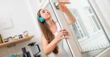Kopfhörer auf, Musik an, Lappen raus: Beim Putzen verbrennt der Körper einige Kalorien. Foto: Christin Klose/dpa-tmn