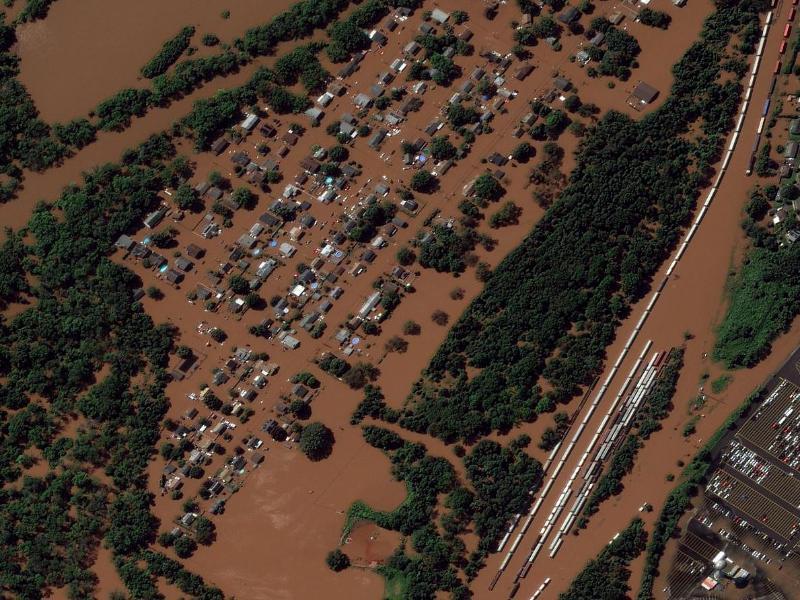 Ein Satellitenbild zeigt das besonders von Überflutungen betroffene Manville in New Jersey. Foto: Uncredited/Maxar Technologies/AP/dpa