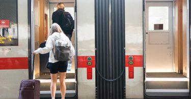 Fahrgäste steigen in einen ICE-Zug am Hauptbahnhof Hannover. Foto: Michael Matthey/dpa