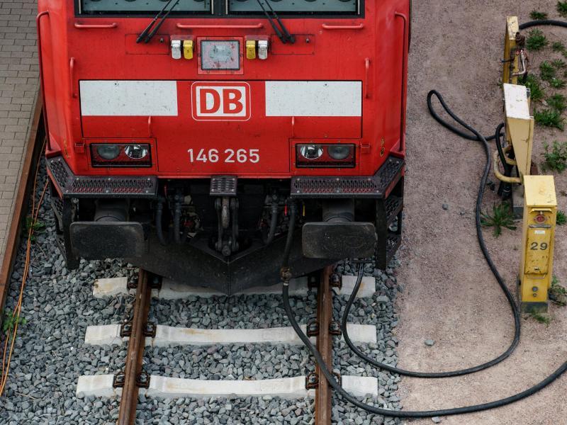 Eine Lokomotive der Deutschen Bahn steht vor dem Kieler Hauptbahnhof auf den Gleisen und ist an Versorgungsleitungen angeschlossen. Foto: Axel Heimken/dpa