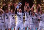 Die Kieler Spieler jubeln mit dem Pokal. Foto: Marius Becker/dpa