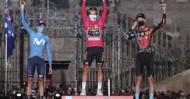 Sicherte sich seinen dritten Vuelta-Gesamtsieg in Serie: Primoz Roglic (M). Foto: Luis Vieira/AP/dpa
