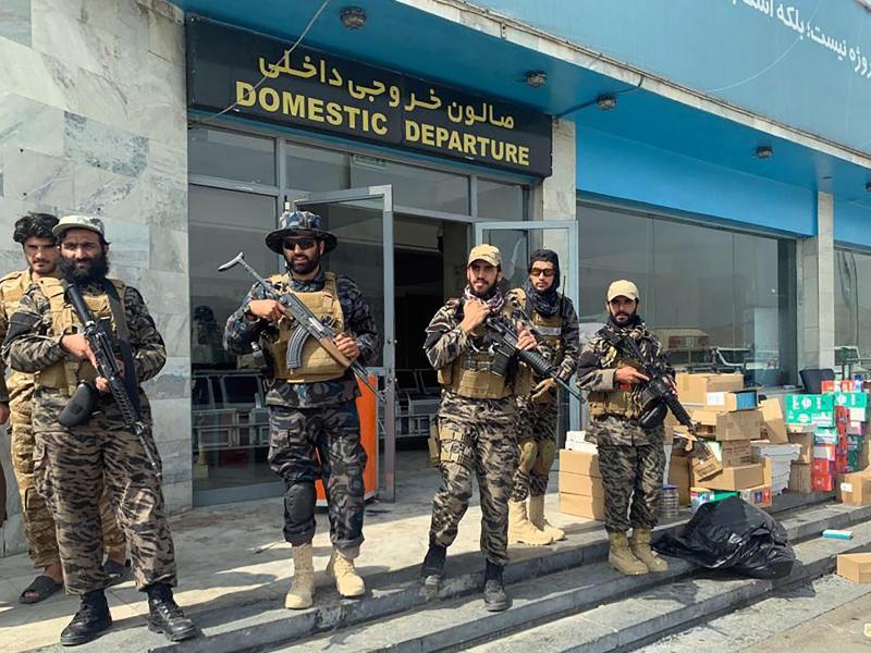 Taliban-Kämpfer stehen nach dem Abzug der USA in Kabul im Inneren des internationalen Flughafens Wache. Foto: Kathy Gannon/AP/dpa