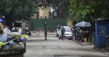 Das Videostandbild zeigt nicht identifizierte Soldaten in der Nähe des Präsidentenpalastes in Guinea. Nach einem mutmaßlichen Putschversuch ist die Lage weiterhin unklar. Foto: Uncredited/AP/dpa