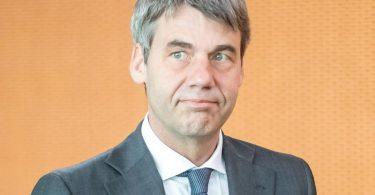 Jan Hecker, damals Außenpolitischer Berater von Bundeskanzlerin Merkel, im Kanzleramt. Der deutsche Botschafter in China ist tot. Foto: Michael Kappeler/dpa