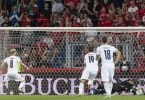 Der Italiener Jorginho (l) vergab einen Elfmeter. Foto: Jean-Christophe Bott/KEYSTONE/dpa