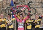 Jumbo-Visma-Profi Primoz Roglic (M.) gewann zum dritten Mal in Folge die Vuelta. Foto: Luis Vieira/AP/dpa
