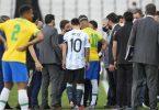 Die Superstars Lionel Messi (M.l) und Neymar (M.r) waren mittendrin bei dem Spielabbruch. Foto: Andre Penner/AP/dpa