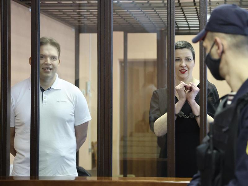 Maria Kolesnikowa und der Anwalt Maxim Snak (l) im Gerichtssaal in Minsk. Foto: Ramil Nasibulin/BelTA/AP/dpa