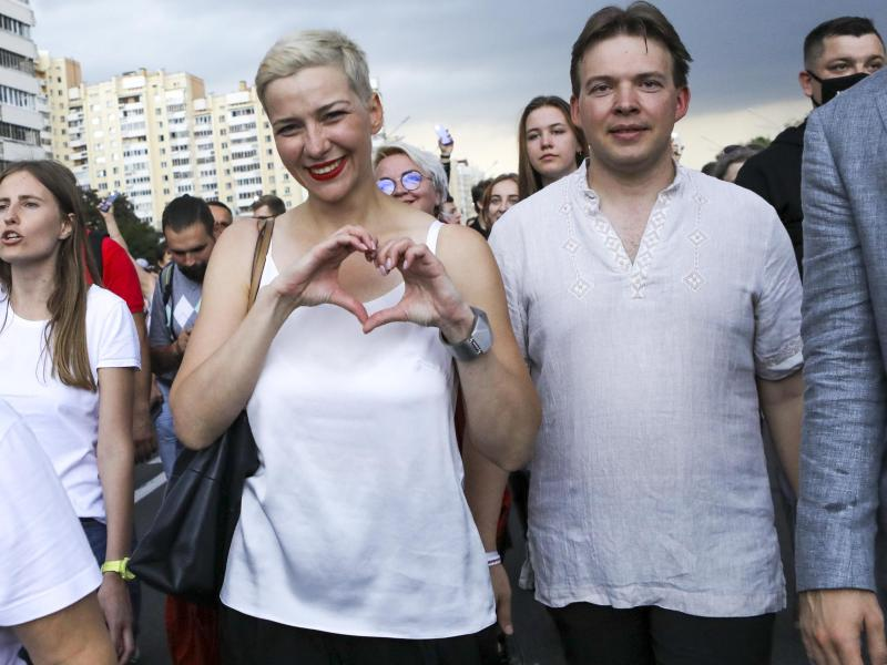 Maria Kolesnikowa und Maxim Snak (r) während einer Kundgebung im August 2020. Foto: Uncredited/AP/dpa
