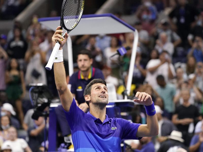 Der Serbe Novak Djokovic jubelt nach seinem Sieg. Foto: John Minchillo/AP/dpa