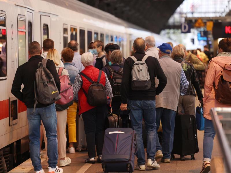 Reges Treiben im Hauptbahnhof in Köln. Foto: Oliver Berg/dpa
