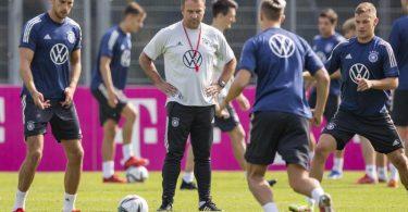 Bundestrainer Hansi Flick (M.) muss seine Startelf für das Spiel in Island um bauen. Foto: Tom Weller/dpa
