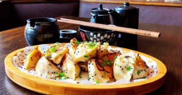 Jiaozi sind Teigtaschen aus dem Norden Chinas. Als Füllung kommen Fleisch, Meeresfrüchte und Gemüse in Frage. Wer sich vegetarisch oder vegan ernährt, kann zu Tofu oder Pilzen greifen. Foto: Alexander von Kleist/dpa-tmn