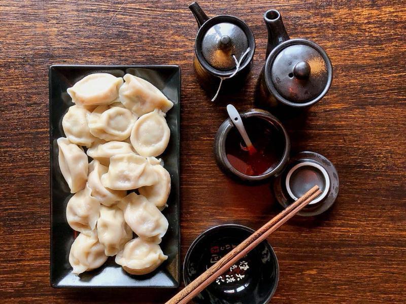 Neben köstlichen Füllungen enthalten die Teigtaschen auch eine Menge Symbolik und werden besonders gerne zum chinesischen Neujahr serviert. Foto: Alexander von Kleist/dpa-tmn