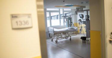 Ein leeres Bett auf der Intensivstation des Prosper Hospitals in Recklinghausen. Foto: Jonas Güttler/dpa