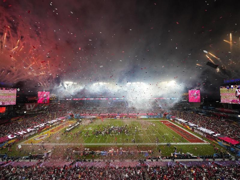 Feuerwerkskörper explodieren nach dem Sieg der Tampa Bay Buccaneers im letzten Super Bowl. Foto: David J. Phillip/AP/dpa