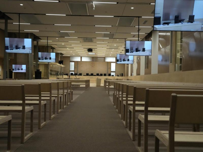 In einem speziell angefertigten Gerichtssaal beginnt der Prozess um die islamistischen Terroranschläge. Foto: Francois Mori/AP/dpa