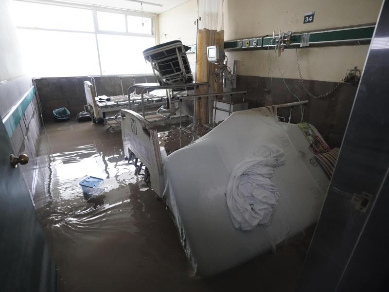 In dem Krankenhaus wurden Zimmer überschwemmt und Betten sowie medizinische Geräte beschädigt. Foto: Marco Ugarte/AP/dpa