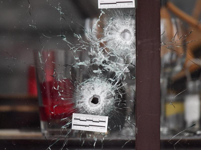 Einschusslöcher am Café Bonne Bière in Paris. Islamisten hatten am 13. November 2015, zunächst in der Konzerthalle «Bataclan» ein Massaker angerichtet und anschließend Bars und Restaurants attackiert. Foto: Uwe Anspach/dpa