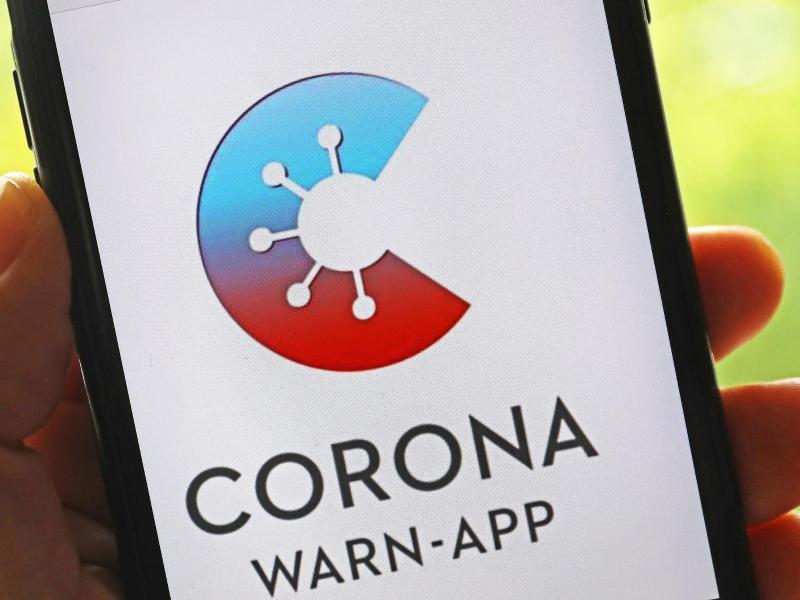 Die offizielle Corona-Warn-App des Bundes ist um eine Warnfunktion für Events erweitert worden. Foto: Oliver Berg/dpa