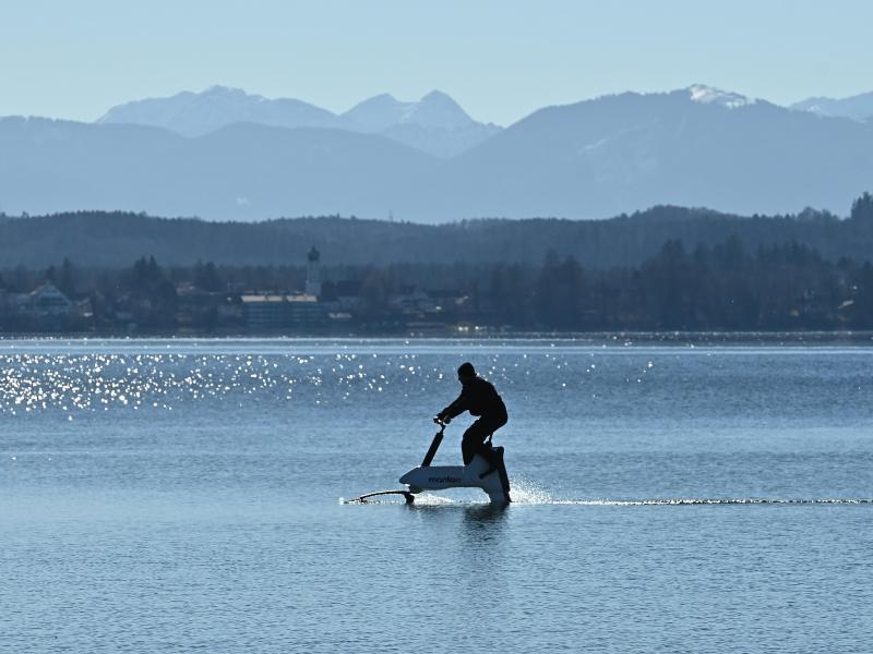 Auf dem Starnberger See können Wassersportfreunde ein Foilbike ausprobieren. Foto: Katrin Requadt/dpa