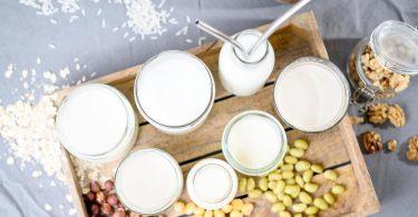 Hafer, Mandel, Soja oder Reis: Pflanzliche Milchalternativen werden immer attraktiver. Foto: Zacharie Scheurer/dpa-tmn