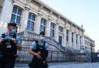 Französische Gendarmen patrouillieren vor dem Justizpalast, dem Pariser Gerichtsgebäude, vor dem Beginn des Prozesses. Foto: Alain Jocard/AFP/dpa