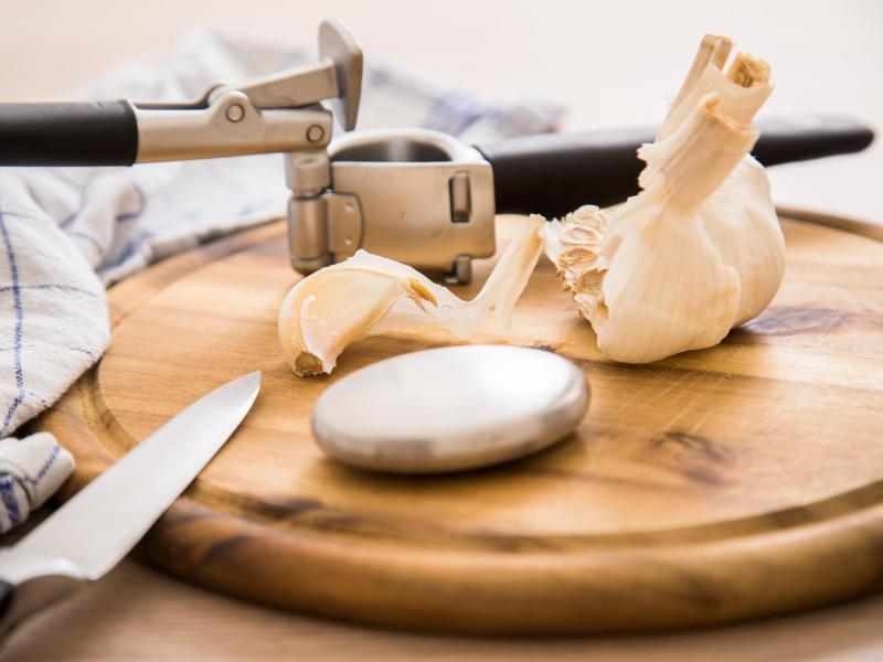 Edelstahlseife kann helfen, den Knoblauchgeruch von den Händen zu bekommen. Foto: Christin Klose/dpa-tmn