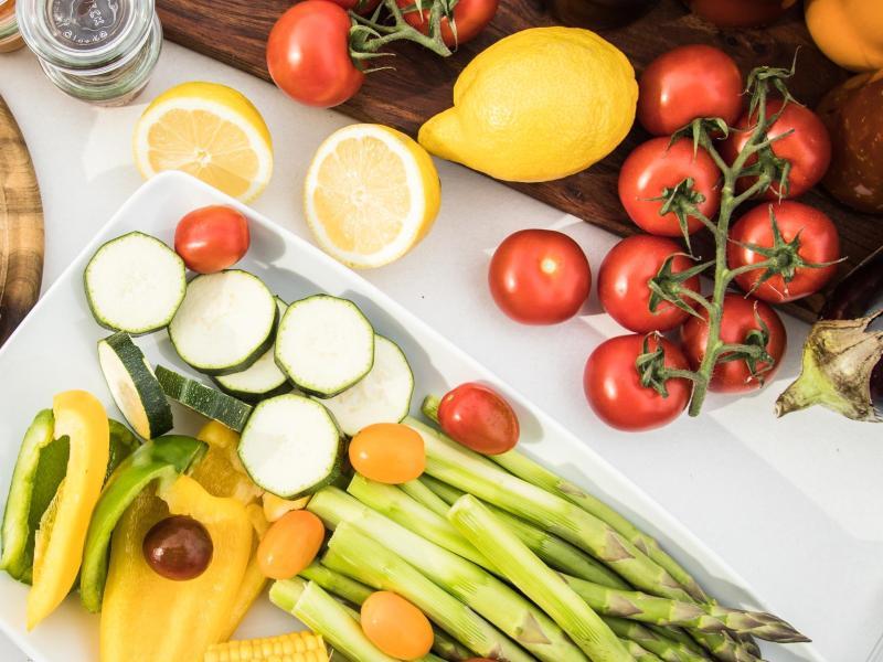 Knoblauch allein kann es nicht richten: Für die Gesundheit ist allgemein eine ausgewogene Ernährung mit viel Gemüse und Obst empfehlenswert. Foto: Christin Klose/dpa-tmn