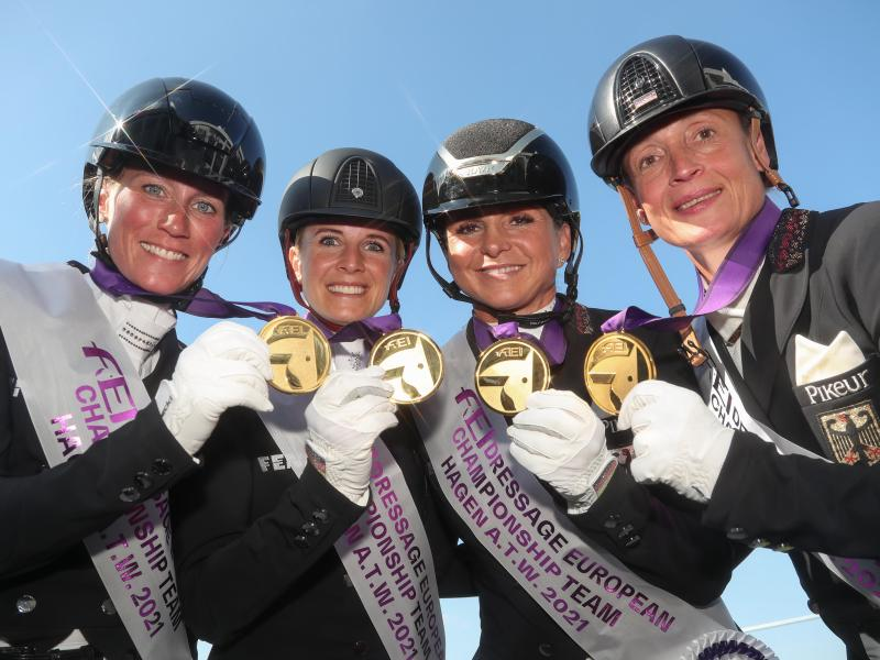 Die Dressurreiterinnen Helen Langehanenberg (l-r), Jessica von Bredow-Werndl, Dorothee Schneider und Isabell Werth mit ihren Goldmedaillen. Foto: Friso Gentsch/dpa