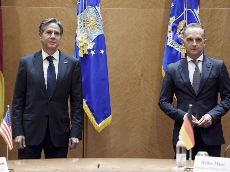 US-Außenminister Antony Blinken (l.) trifft seinen deutschen Amtskollegen Heiko Maas auf dem US-Luftwaffenstützpunkt Ramstein. Foto: Olivier Douliery/Pool AFP/AP/dpa