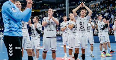 Die Spieler des THW Kiel feiern den Sieg gegen HBW Balingen-Weilstetten. Foto: Axel Heimken/dpa