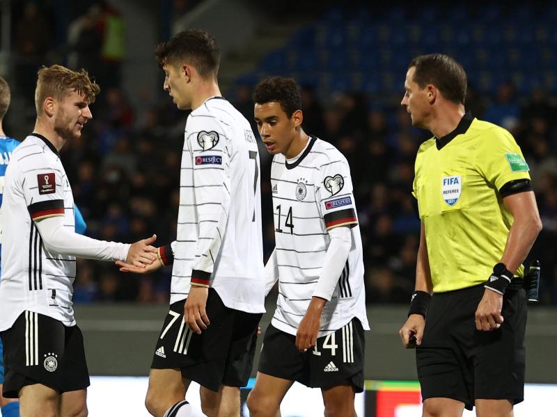 Torschütze Timo Werner (l) klatscht nach dem 4:0 mit Kai Havertz (M) und Jamal Musiala ab. Foto: Christian Charisius/dpa
